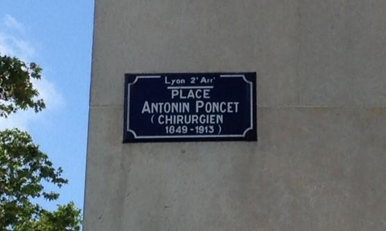Plaque indiquant le nom de la place